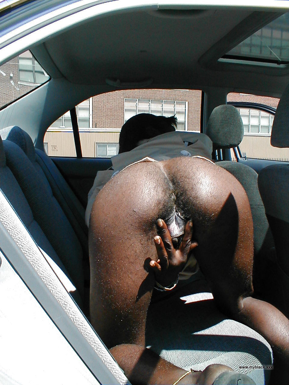 old black mammy flashes his hairy black pussy in the car..